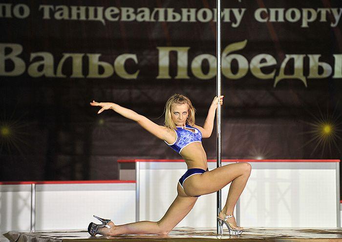 Эротические танцы в честь Дня Победы (9 фото)