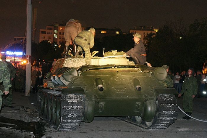Танк, который перевернулся после Парада Победы (10 фото)