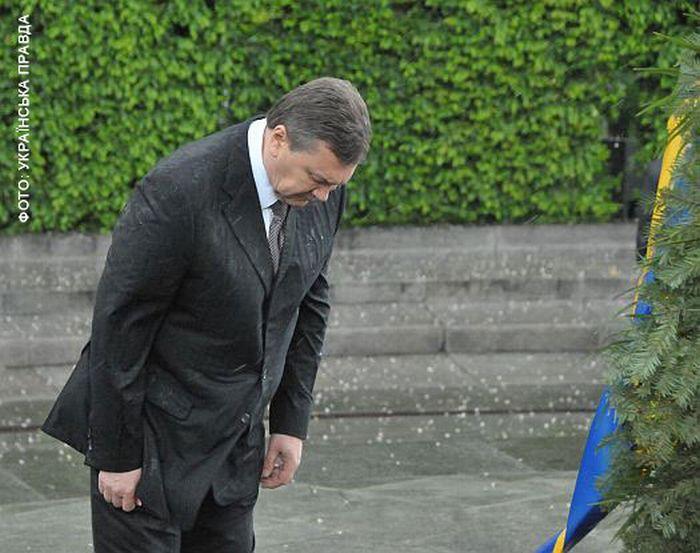 На президента Украины упал венок (8 фото + видео)