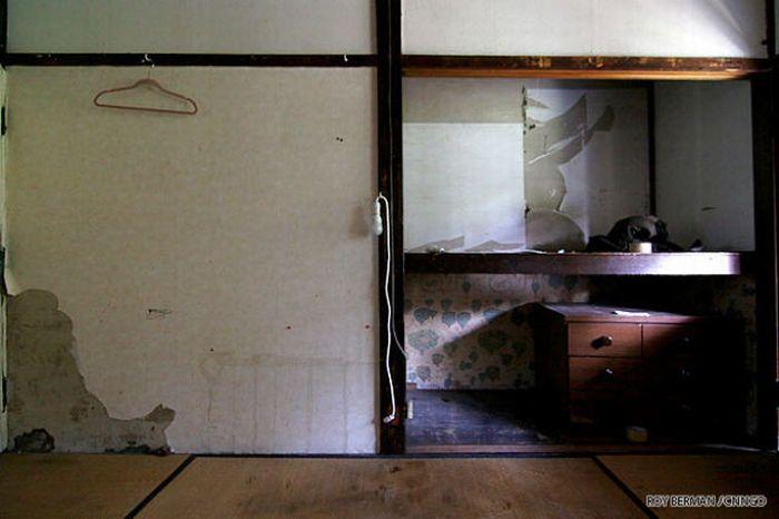 Японская общага, похожая на трущобы (21 фото)