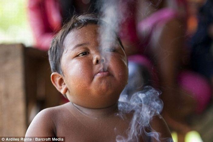 Двухлетний мальчик из Индонезии выкуривает 40 сигарет в день (4 фото)