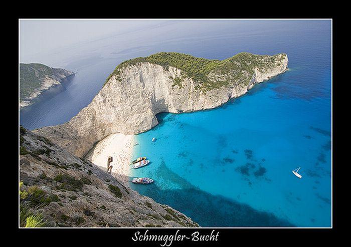 Это одно из самых прекрасных мест на земле - бухта Наваджио, которая находится на острове Закинтос, в Греции.