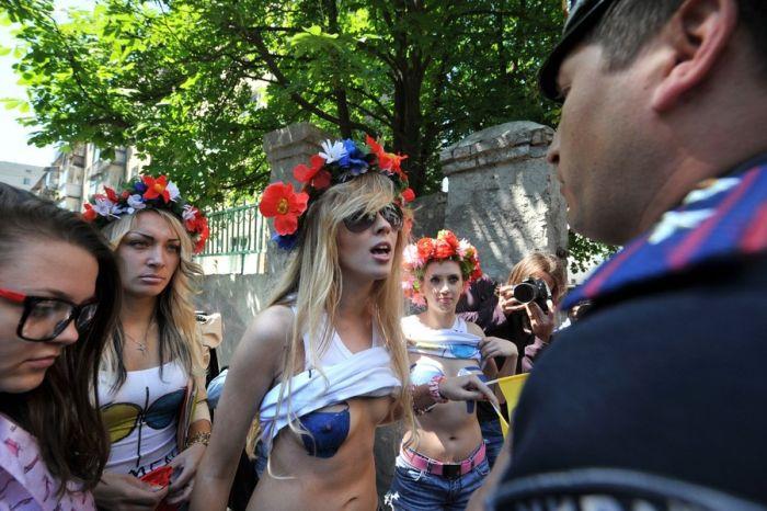 Femen за синие ведерки (17 фото) НЮ
