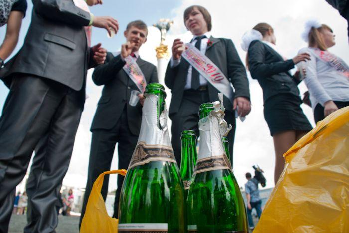 Киевские выпускники и выпускницы купаются в фонтанах (30 фото)