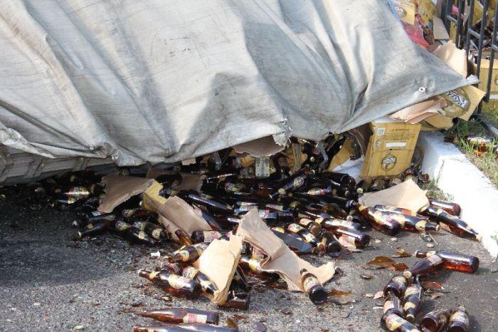 Фура с пивом попала в аварию (6 фото)