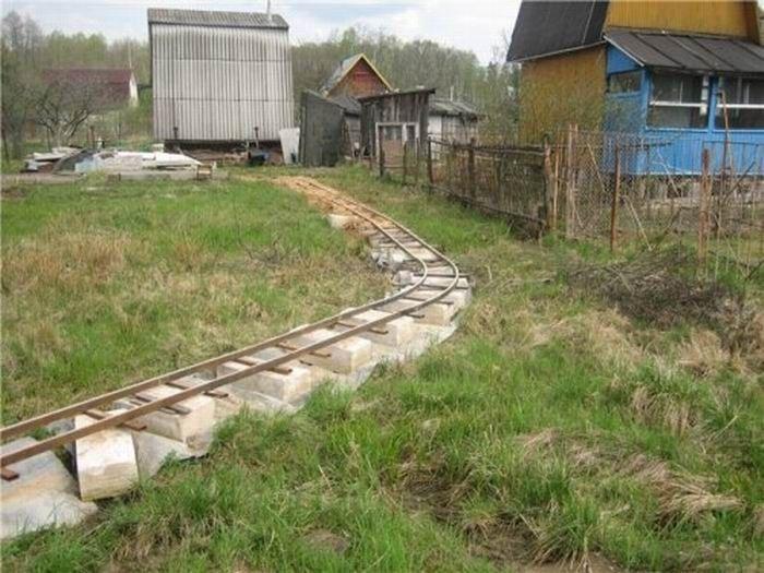 Самодельная железная дорога для дачи (14 фото)