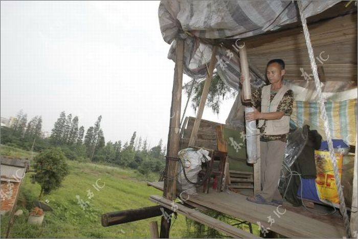 Китайский фермер воюет с государством с помощью самодельной пушки (16 фото)