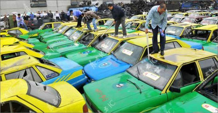Китайские таксисты уничтожают нелегальные такси (4 фото)