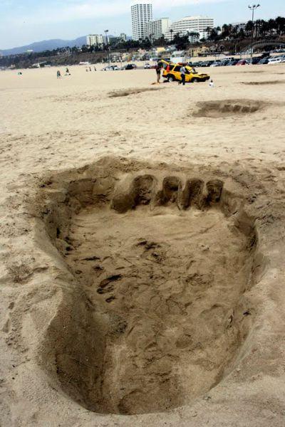 Огромные отпечатки ног на пляже (4 фото)