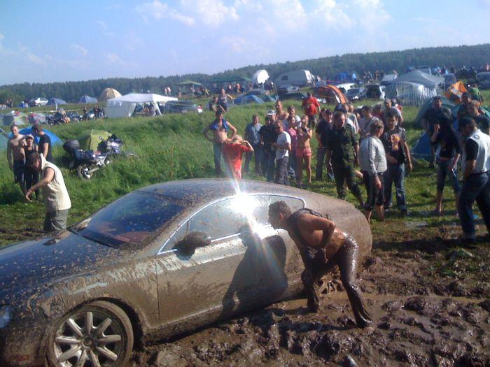 Пьяный водитель Bentley отжигает в грязи (23 фото)