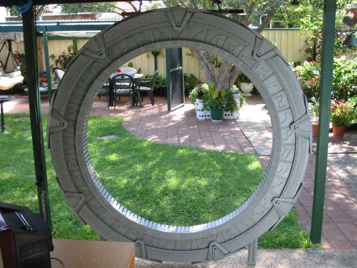 Звездные врата на заднем дворе (13 фото)