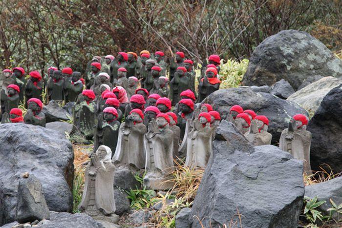 Статуи около японского вулкана (10 фото)