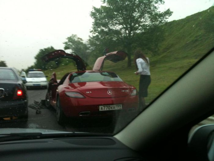 В Москве разбили новенький Mercedes SLS AMG (2 фото)