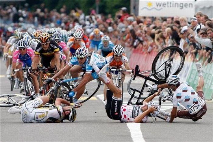 Массовое столкновение во время 4го этапа Тур де Свисс (10 фото + видео)
