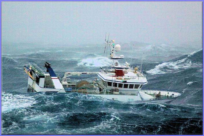 Рыболовецкое судно во время шторма (10 фото)