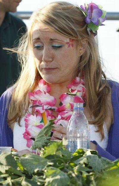 Чемпионат по поеданию крапивы (8 фото)