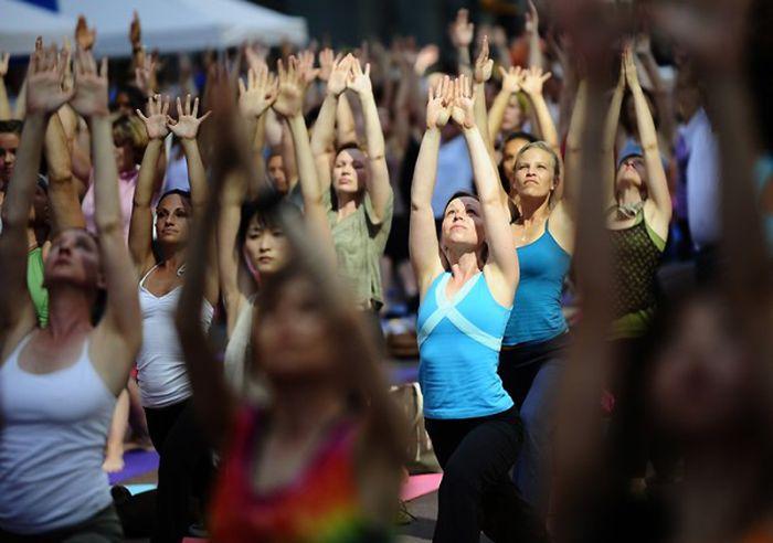 Йога на Таймс-сквер в Нью-Йорке (12 фото)