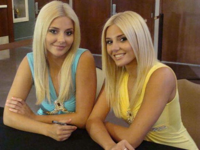 двойняшки голые фото