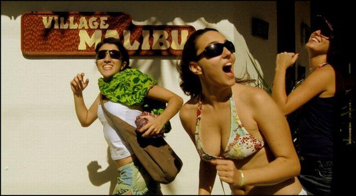 """Девушки в бикини в стиле """"Спасатели Малибу"""" (69 фото)"""