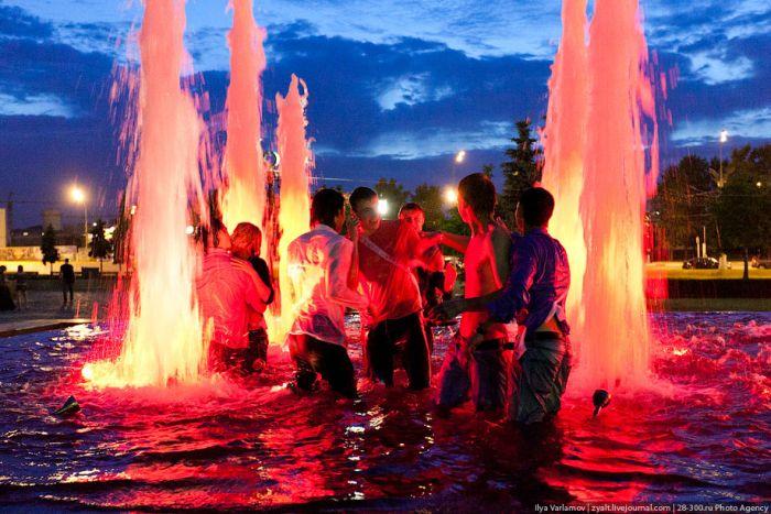 Купание московских выпускников в фонтанах (25 фото)