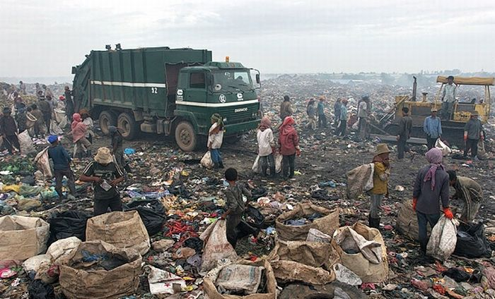 Жизнь на свалке в Пномпень (96 фото)