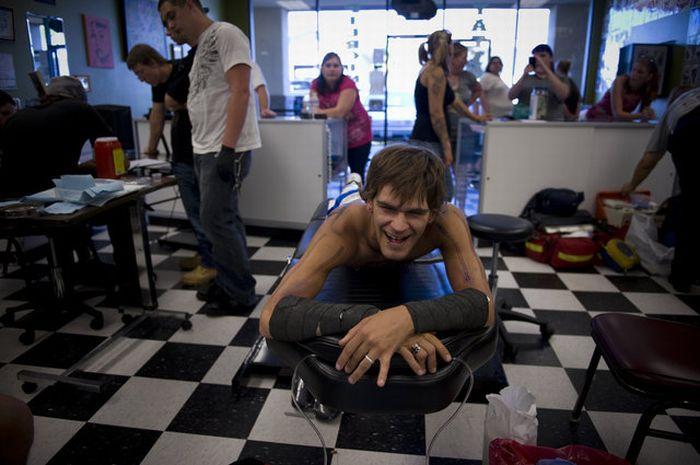 Мужчина в Калифорнии поставил рекорд пирсинга (17 фото)