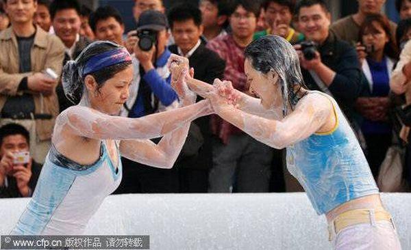 Чемпионат мира по борьбе в грязи в бикини (11 фото)