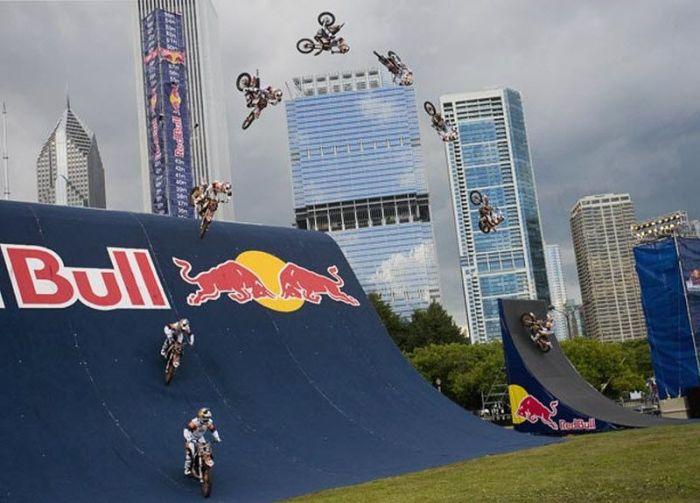 Трюкачи на мотоциклах (30 фото)