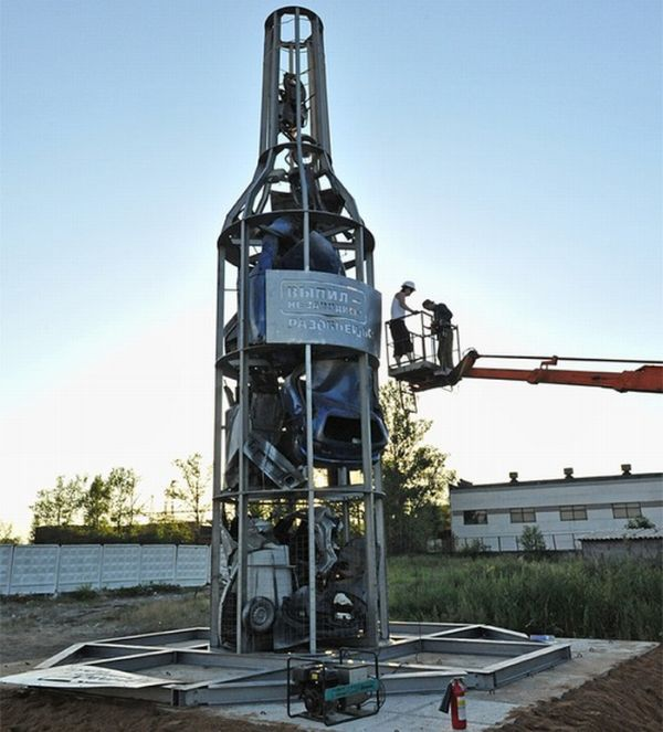 В Одинцово установили бутылку с машинами (8 фото)