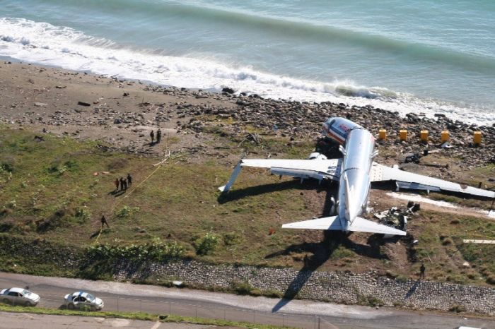 Самолет перелетел посадочную полосу (8 фото)
