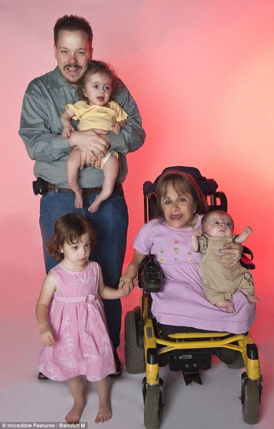 Самая маленькая мама родила третьего ребенка (4 фото)