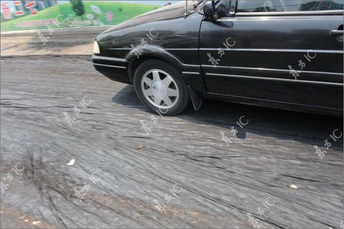 Расплавленный асфальт парализовал движение (11 фото)