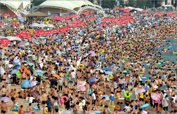 Переполненный пляж в Китае (10 фото)