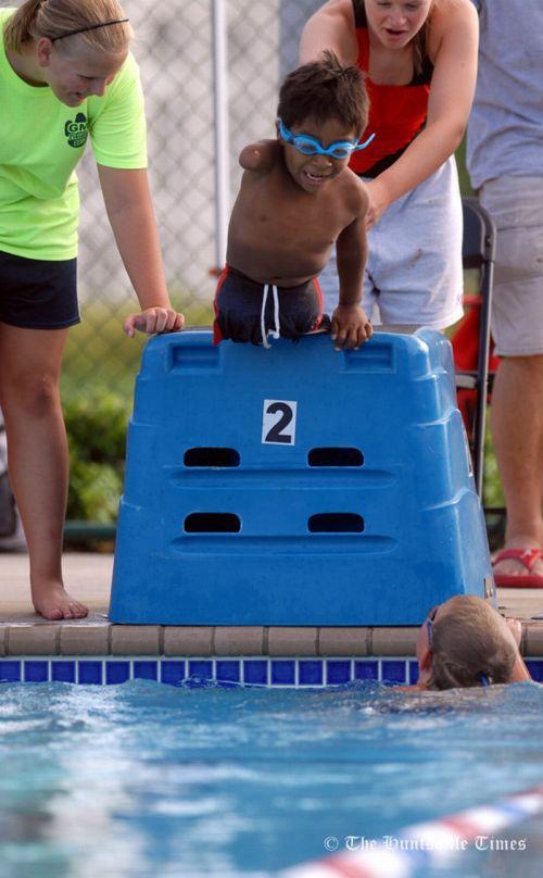 Мальчик-пловец без ног и руки (24 фото)