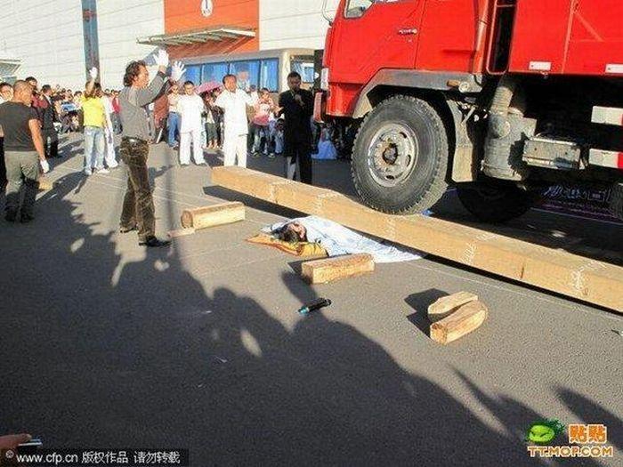 Опасное уличное представление (4 фото)