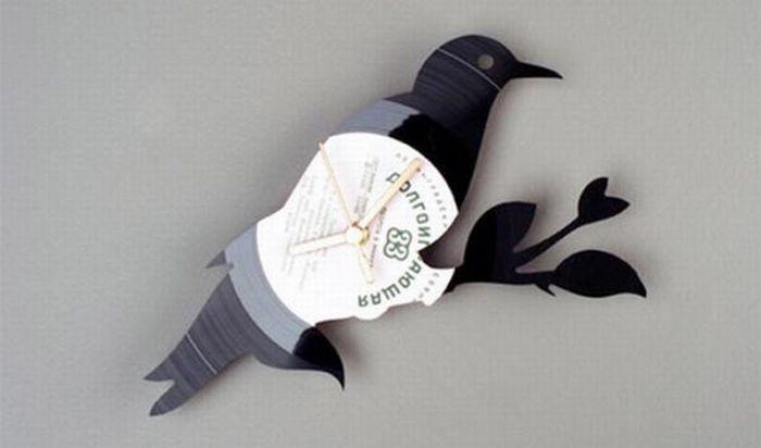 Когда пластинка размягчится, её легко можно гнуть.  Для того, чтобы позже прикрепить часовой механизм...