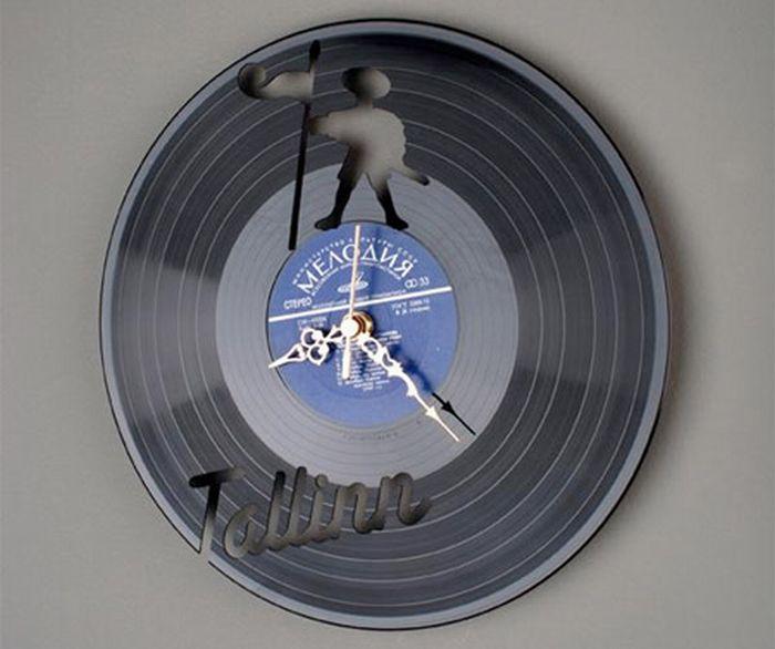 Часы сделанные из старых виниловых пластинок.