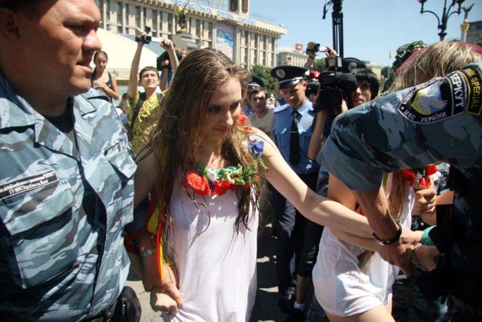 Эротический протест против отключения воды (8 фото + видео) НЮ