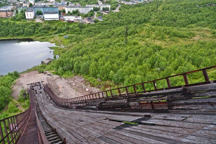 Заброшенный лыжный трамплин в Мурманске (13 фото)