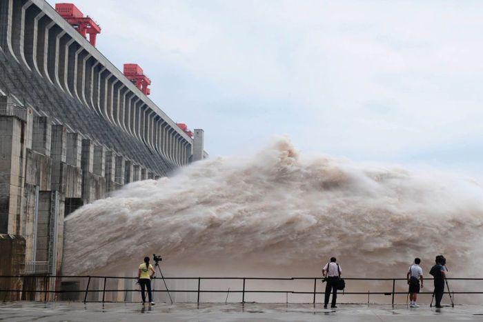 Китайская дамба против наводнения (12 фото)