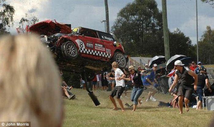 Убегая от автомобилей (6 фото)