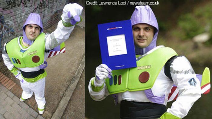 Британец поменял свое имя на Базз Лайтер (4 фото)