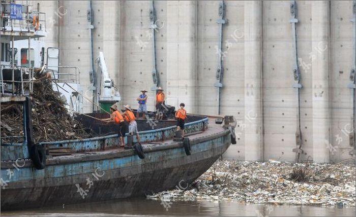 Наводнение в Китае оставило после себя тонны мусора (17 фото)