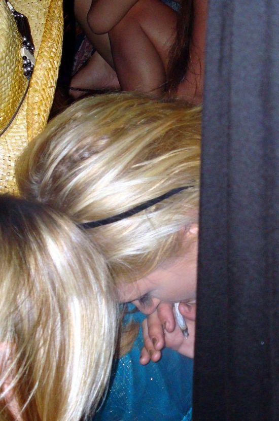 Пэрис Хилтон попалась во время курения косячка (4 фото)