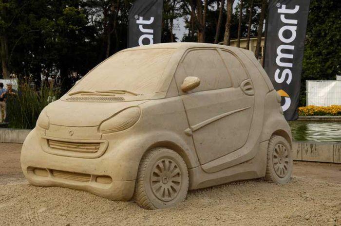 Классная скульптура Smart из песка (7 фото)