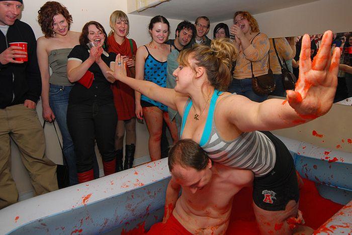 Девушки в бикини борются в желе (34 фото)