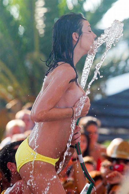 Греческая девушка на конкурсе мокрых футболок (12 фото)