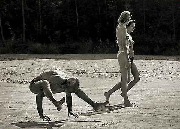 Фотобомбы в бикини (25 фото)