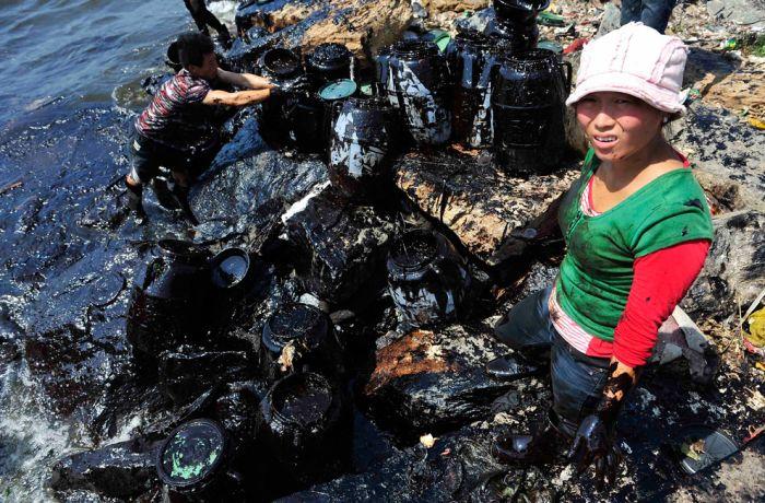 Очистка от нефти в китайском Далянь (38 фото)