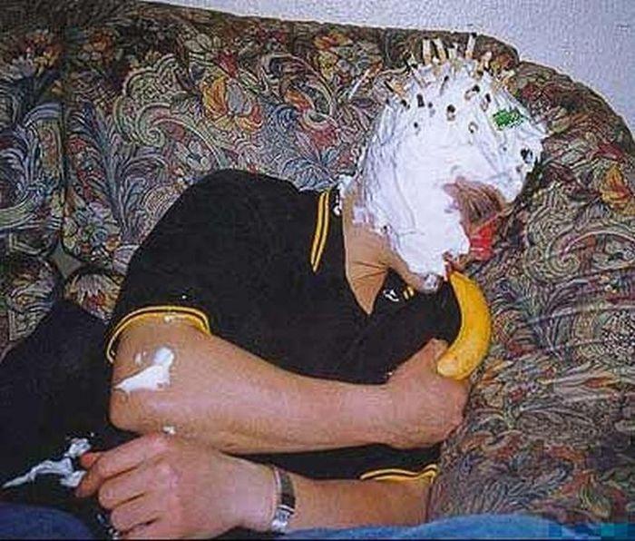 Разукрашиваем пьяных друзей (17 фото)